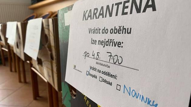 VRÁCENÉ KNIHY musí do karantény. V Moravské Třebové knihy dál roznáší i skauti. Foto: Lenka Greplová