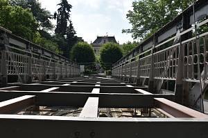 MOST V PARKU v Poličce je technickou památkou České republiky a nyní ho opravuje odborná firma. Lidé se po něm znovu projdou na začátku listopadu.