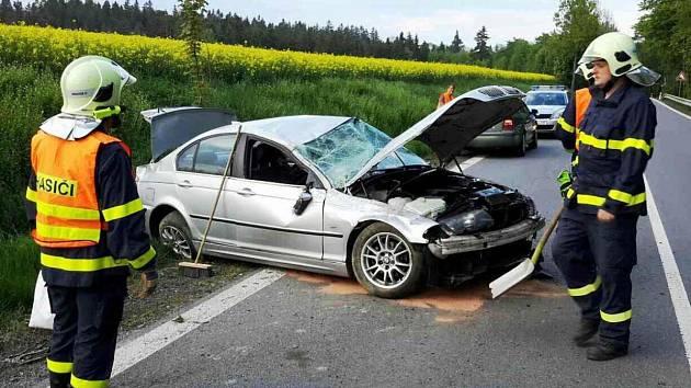 Muž vrazil s autem do svahu