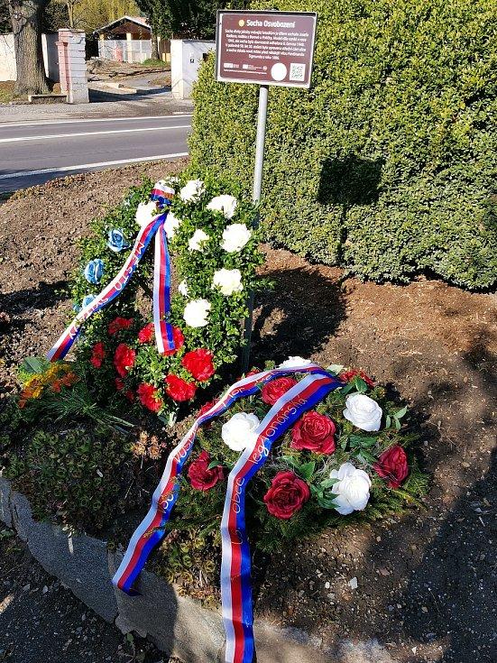 Představitelé Svitav v sobotu ráno uctili památku obětí 2. světové války a odhalili desku partyzánovi.