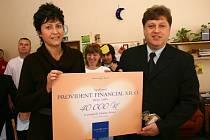 Ředitelka svitavské charity Blanka Homolová převzala symbolický šek z rukou Milana Jakubce.