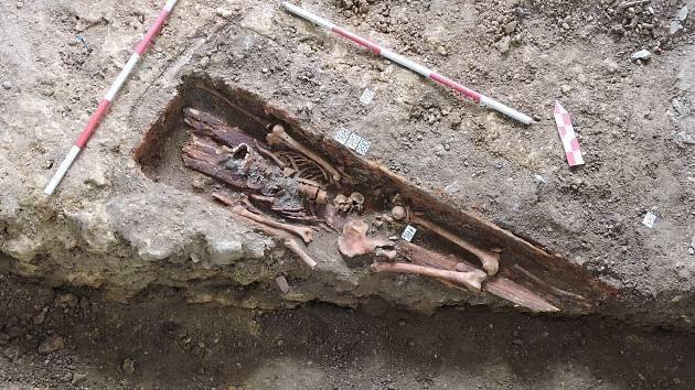 Kosterní pozůstatky nalezené při rekonstrukci domu budou podrobeny antropologické analýze. Archeologové by rádi získali i DNA.