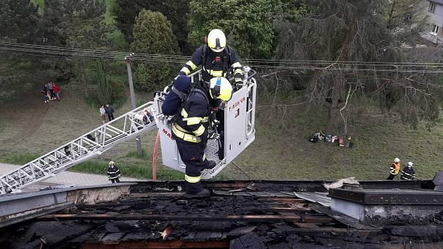 Hasiči likvidovali v Chornicích požár domu.