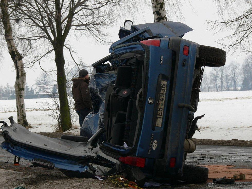 Tragická havárie uzavřela ve středu ráno hlavní tah z Litomyšle do Poličky. Před Lezníkem (Svitavsko) nezvládl řízení muž v peugeotu a narazil do stromu. Na místě zahynul.