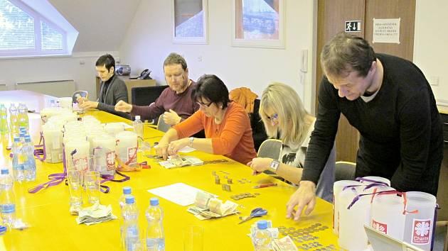 Velmi příjemná práce čekala na pracovníky litomyšlské charity. Celkově totiž vybrali 405 903 korun.