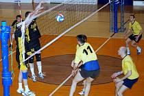 Svitavští volejbalisté (v tmavém) nepovolili chrudimským hráčům ani set.