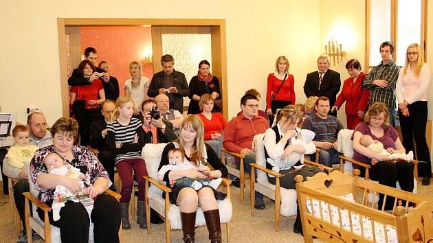 Vítání občánků. Radní v Březové pamatují i na nejmenší obyvatele. Ty v sobotu přivítal starosta Martin Kiss.