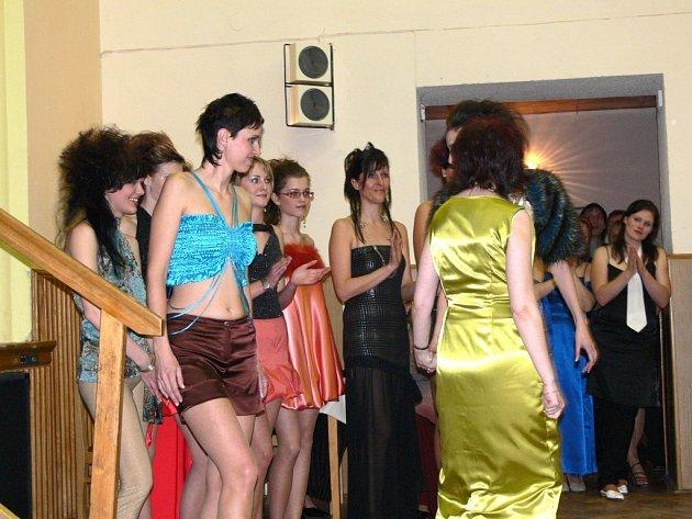 MODELKY předvedly v Dolním Újezdu kolekci večerních šatů návrhářky Marie Kordiovské.