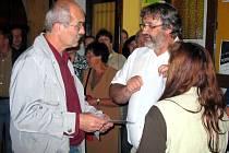 Vítěz (vlevo) přebírá ocenění od předsedy poroty Milana Báči.