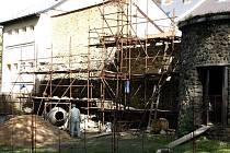 Opravy na obnovu hradby probíhají. Odborná firma obnovuje městské hradby.