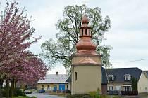 Opravená kaplička ve Strakově.