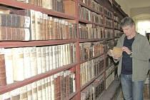 VZÁCNÉ SVAZKY obsahuje piaristická knihovna, která se nachází nyní v depozitáři muzea.