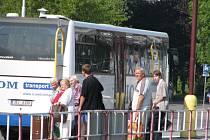 Horké dny jsou pro řidiče vlaků a autobusů nepříjemné