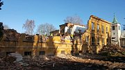 Někde budova dětské nemocnice během demolice.