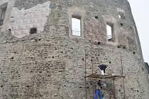 Sgrafita byla v době renesance oblíbeným zdobným prvkem. Na hradě Svojanov jich část odborníci obnovili. Foto: