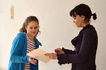 Anna Chadimová přebrala od paní učitelky Martiny Pazourové vysvědčení se samými jedničkami.
