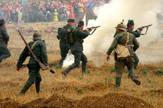 Pruští vojáci útočí v průběhu sobotní bitvy na nepřátelské vojsko. Během odpoledne bylo na bitevním poli vystříleno přes  třicet tisíc nábojů.