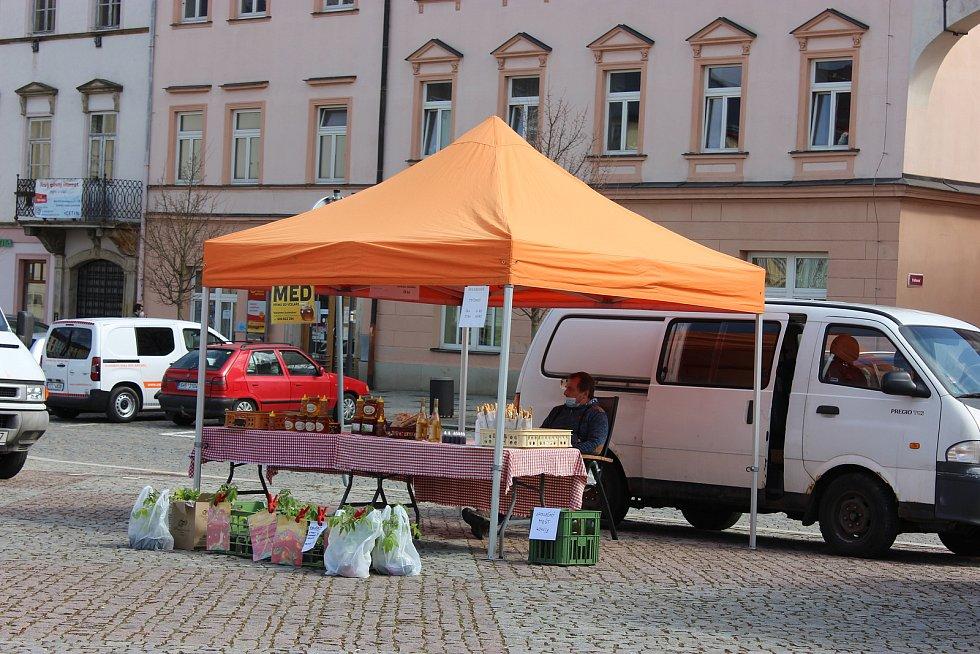 Na náměstí v Moravské Třebové se vrátily v pondělí 12. dubna farmářské trhy. Na základě posledního rozhodnutí Ministerstva zdravotnictví je opět povoleno za splnění stanovených podmínek provozovat trhy farmářských výrobků. V Moravské Třebové bude po celý