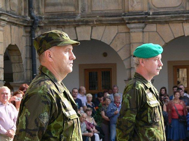 Vlevo odcházející velitel Jiří Kopečný, vpravo nový Vojtěch Němeček.