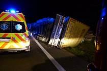Nebezpečný náklad kamionu skončil vysypaný v příkopě.