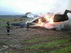 V pondělí hořel stoh, asi 960 kulatých balíků slámy, v obci Biskupovice na Svitavsku.