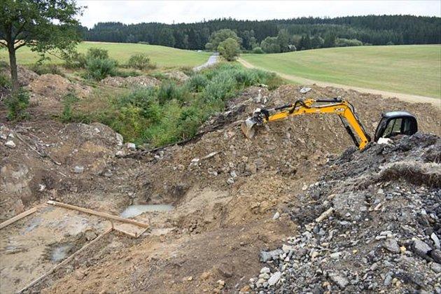 Modřecký rybník vPoličce čeká celková obnova, a to včetně hráze, po které vede silnice do obce.