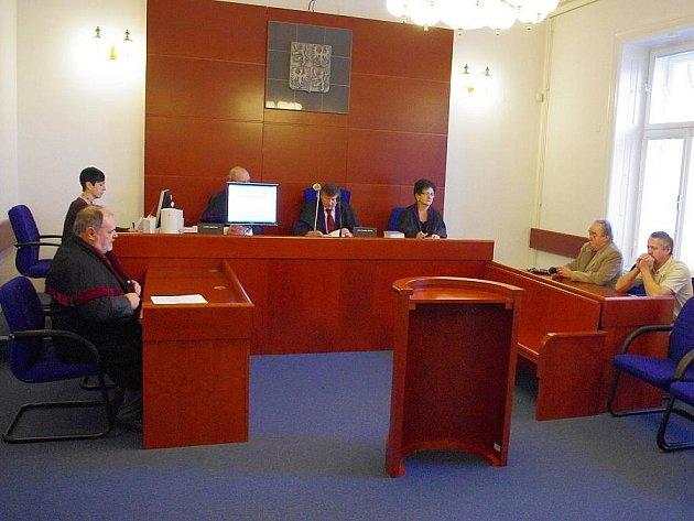 Jaroslav Mašek z České Třebové (zcela vpravo) stanul před soudem stejně jako Ladislav Sterenčák ze Svitav. Oba odešli se stejnými tresty.