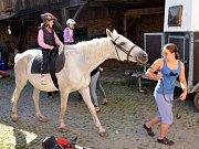 Každý den v tomto týdnu přijíždějí děti na farmu v Janově. Organizátoři tábora pro ně připravili bohatý program. Kromě her a výletů baví kluky a holky nejvíce ježdění na koních a péče o ně.