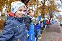 """Lidský řetěz z téměř tří tisíc studentů ve čtvrtek ráno """"sevřel"""" Litomyšl. Stejně jako v roce 1989..."""