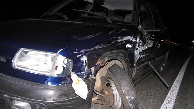 Neznámý řidič narazil do Škody Felicie a zbaběle ujel.