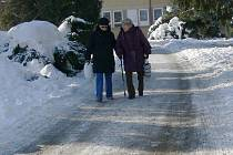 Sníh komplikuje chůzi zejména starším lidem.