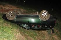 Opilý řidič otočil auto na střechu.