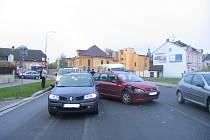 U přechodu pro chodce na ulici Školní ve Svitavách se v úterý kolem osmé hodiny ráno střetla dvě osobní auta