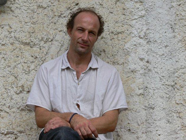 Na statku v Trstěnici pořádá Tomáš Ondrůšek (na obrázku) festival Trstěnický faun a také odborné sympozium pro skladatele a perkusionisty