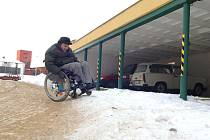 Sníh komplikuje dopravu vozíčkářům.