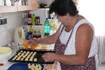 Rukama čtveřice žen  prošly stovky koláčků. V pátek je pekly  Božena Antošovská,  Ludmila Kopalová,  Anna Danešová a  Věra Šuplerová  již od časného rána.
