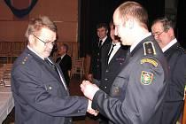 Ladislav Felkl (vlevo) celý svůj život zasvětil hasičům. Vloni převzal medaili za třicet let záslužné práce ve sboru.