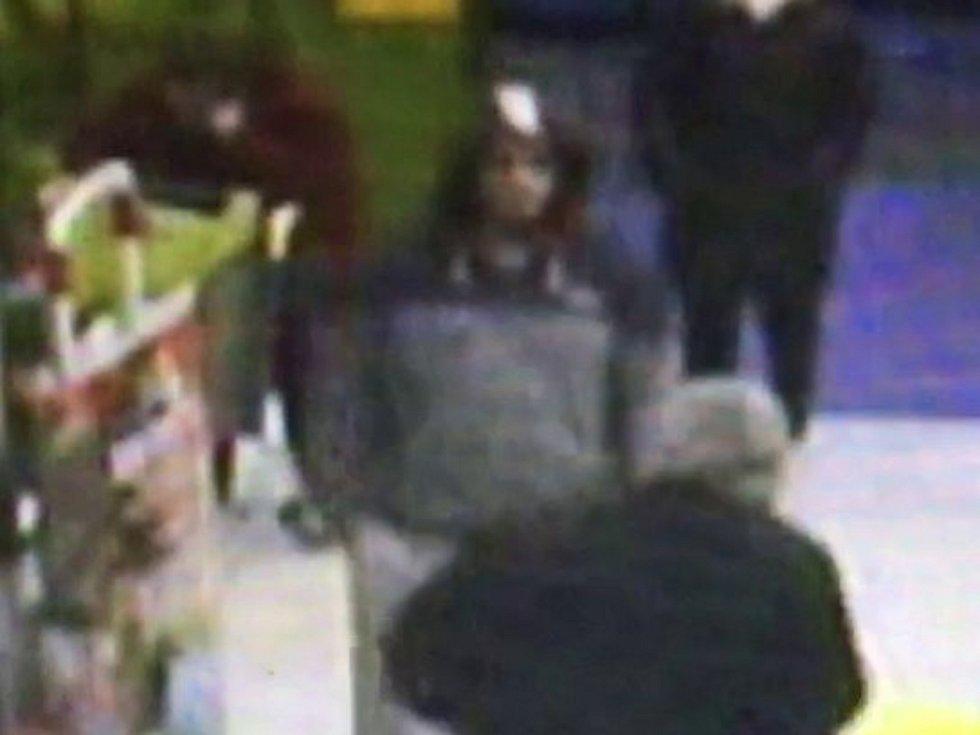 """Svitavy – Poznáváte muže na fotografiích? Pomozte je vypátrat. Policie hledá dva muže, kteří v pátek 7. prosince odpoledne ukradli v jednom svitavském supermarketu rum. """"Prosíme veřejnost o pomoc při zjišťování totožnosti dvou mužů na snímcích. Oba by nám"""