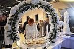 NÁVŠTĚVNÍCI veletrhu v Litomyšli zhlédli několik módních přehlídek svatebních i společenských šatů. K vidění byla řada svatebních kytic a lidé také ochutnali svatební dort.