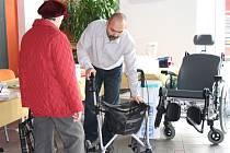 NA VELETRHU sociálních služeb ve svitavské Fabrice si lidé mimo informací o poskytovatelích mohli prohlédnout  pomůcky, které jim nebo blízkým usnadní život.