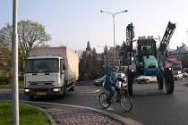 Zablokovaný kruhový objezd ve Svitavách.