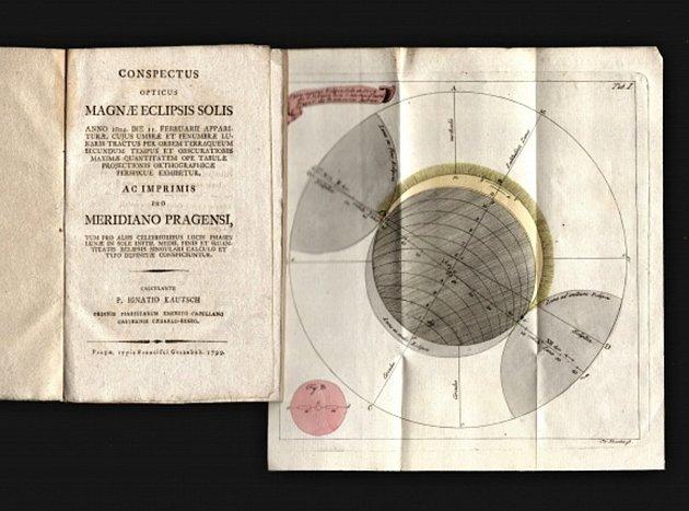 VE SBÍRCE ze 17. století se nacházejí i svazky věnující se astronomii. Na obrázku Kautschova kniha o zatmění Slunce.