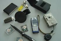 Policie zajistila u obviněného muže ze Svitavska několik ukradených věcí. Mobilní telefon, digitální fotoaparát, bunda a další věci se vrátí ke svým majitelům.