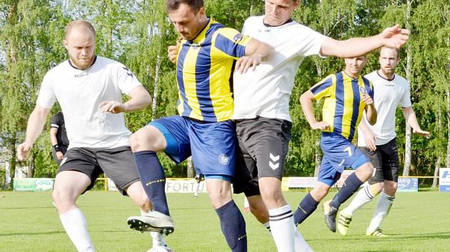 Z regionálního derby. Hráči Poličky (v bílém) tahali v souboji se Svitavami po většinu času za kratší konec.
