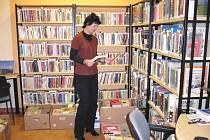 BEDNY S  KNIHAMI čekají v litomyšlské knihovně na odvoz do ukrajinského Užhorodu. Lidé z Litomyšle a okolí přispěli sbírkou pro nové centrum bohemistiky na tamní univerzitě.