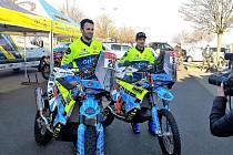Žluto-modré barvy týmu Orion Moto Racing Group budou na nadcházející Rallye Dakar reprezentovat Milan Engel (vlevo) a Martin Michek. Chtějí tam vylepšit dosažená umístění z minula.