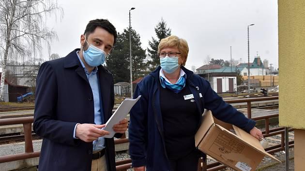 Jan Smejkal dovezl krabice respirátorů do Poličky na vlakové nádraží a zásobu nechal i řidiči MHD Jiřímu Valíčkovi. Ten je bude dávat cestujícím, když nebudou mít.