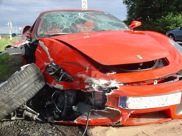 Vůz Škoda Fabia nedal přednost protijedoucímu ferrari. Majiteli luxusního auta vznikla škoda 2,5 milionu korun. Ke střetu došlo na silnici I/35 u benzinové stanice u Gajeru na Svitavsku. Při nehodě byla lehce zraněna spolujezdkyně ve fábii.