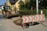 Jevíčská ulice v Moravské Třebové je rozkopaná. Dělníci opravují kanalizaci, vodovod i veřejné osvětlení. Lidé se dočkají i nového chodníku.