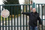 Starosta Květné Petr Škvařil před muničním skladem v Květné. Foto: archiv Deníku